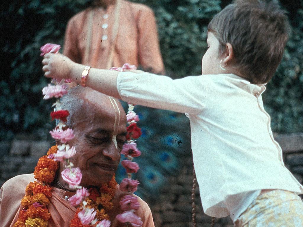 srila prabhupada with kids